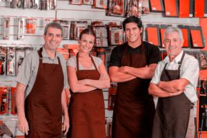 Pequenos negócios criaram 95.587 mil empregos em agosto: na foto, quatro trabalhadores posam para a câmera, simbolizando empregados felizes com as vagas criadas e divulgadas na notícia da Dr. Fiscal